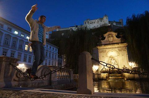 Hans probiert sich auf mittelalterlichen Slacklines in der Salzburger Altstadt